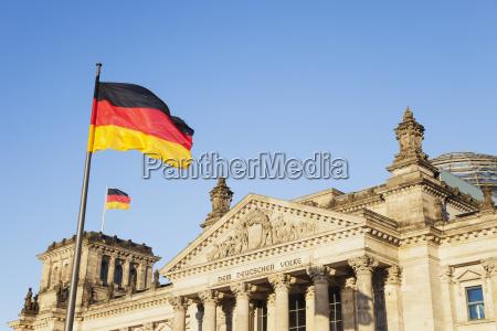 deutschland berlin regierungsviertel reichstagsgebaeude mit deutschen