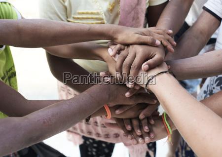 gruppe von multiethnischen menschen haende zusammen