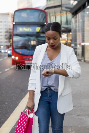 uk, london, frau, mit, einkaufstaschen, in, der, stadt - 24722508