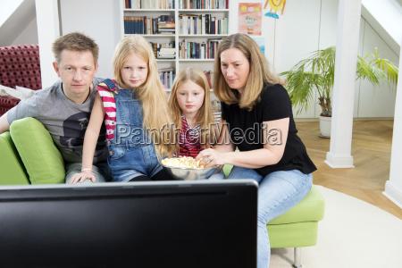 aufpassende fussballweltcup der familie im fernsehen