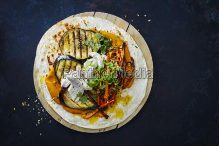 gezuegelter huehnerwickel karotten gegrillte aubergine curry