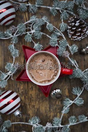 cup der heissen schokolade und weihnachtsdekoration