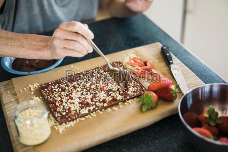 nahaufnahme der frau die erdbeerschokolade in