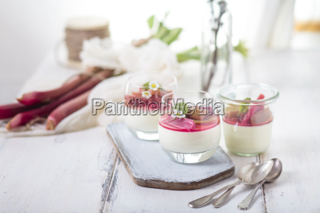 glaeser von panna cotta mit geroestetem