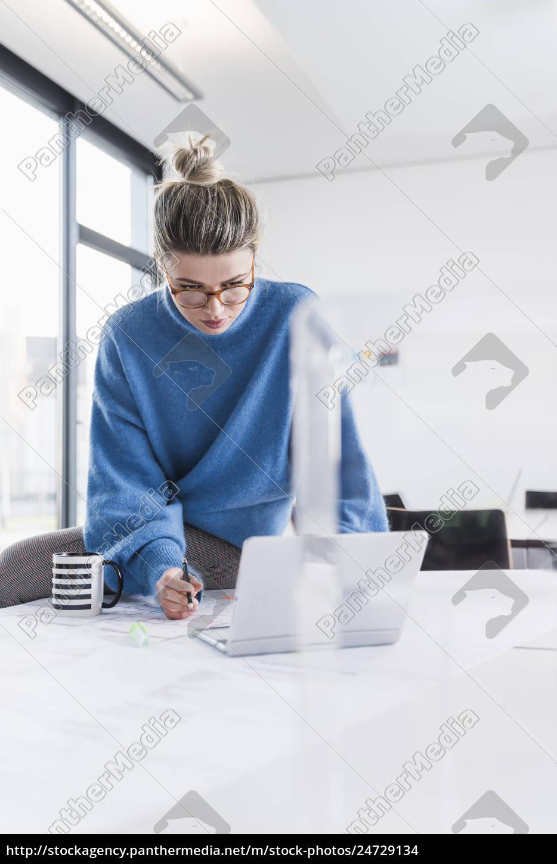 junge, frau, mit, laptop, und, plan - 24729134