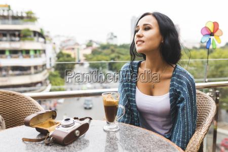 vietnam hanoi junge frau trinkt typischen