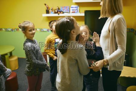 lehrer steht mit schuelern im unterricht