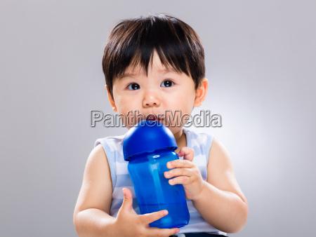 baby junge lernen wasserflasche zum trinken