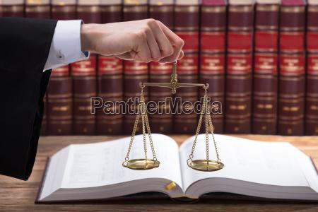 gesetz gerechtigkeit justiz rechtsanwalt richter jurist