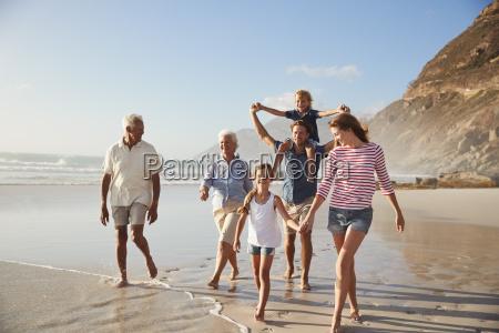 mehr generation familie am strand entlang