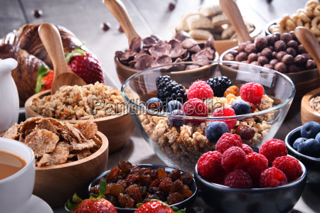 verschiedene sorten von fruehstueckscerealien und frischem