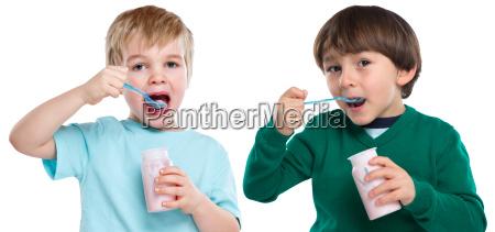 kinder essen joghurt kind gesunde ernaehrung