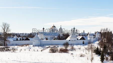 panoramablick auf das kloster pokrovsky in