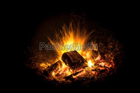 hell brennendes feuer mit glut vor