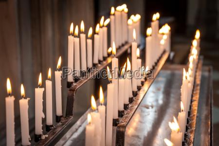 brennende kerzen in der kirche