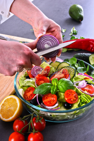 zubereitung eines gemuese salats aus frischen