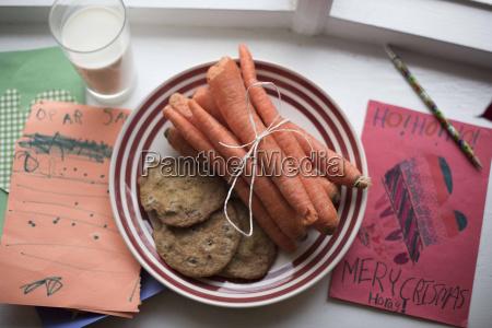 hoehenwinkel blick auf karotten und kekse