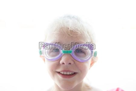 portraet von tragenden schutzbrillen des laechelnden