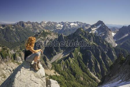 wandererder ansicht beim sitzen auf berg