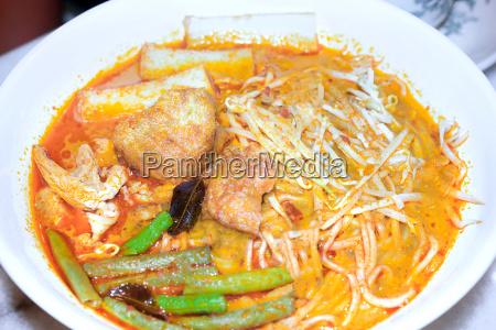 typische sarawak laksa suppe mit nudeln