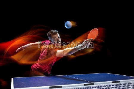der tischtennisspieler dient