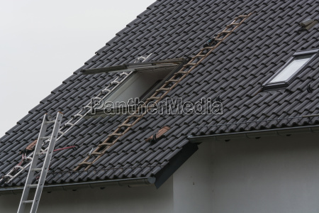 roofing contractor builds roof windows