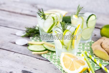 selbst gemachte limonade mit kalk rosmarin