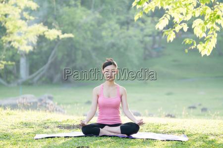 junge schoene asiatische frau die yoga