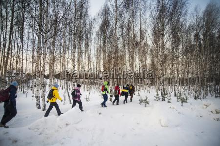 die wanderer die auf schnee gehen