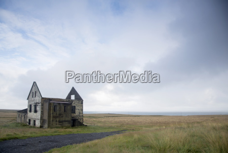 landschaft mit ruine aus steinbau unter