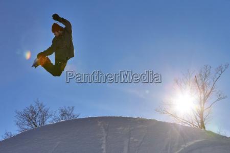 snowboarder fuehrt methode luftgreifer trick in