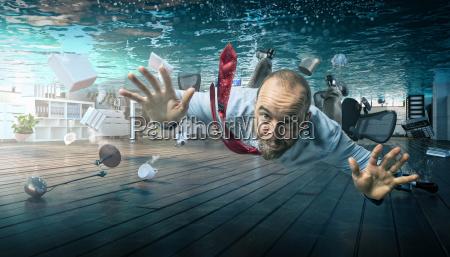 buero krise geschaeftsmann hochwasser ueberschwemmt ueberfluten
