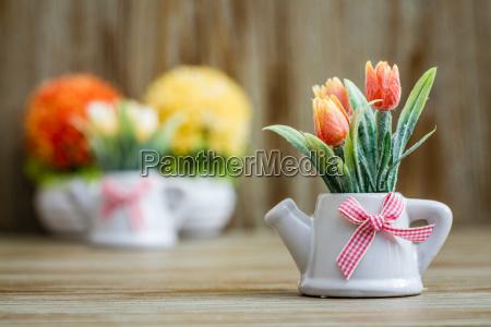 kuenstliche tulpen in weissen porzellan toepfen