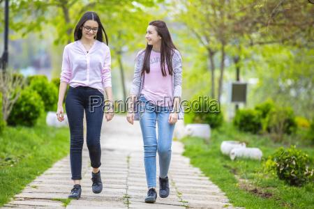 zwei schwestern haben spass im park