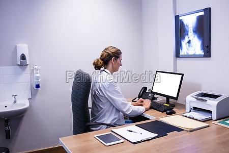 arzt mediziner medikus frau tastatur computertastatur