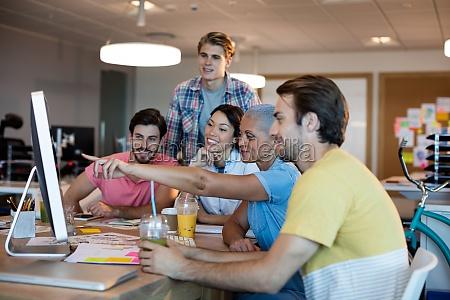 kreatives business team diskutiert waehrend der