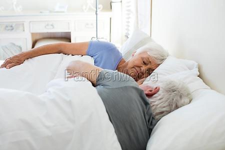seniorenpaar schlafend im schlafzimmer