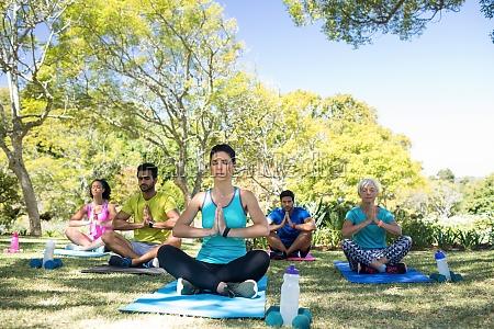gruppe von personen die yoga im