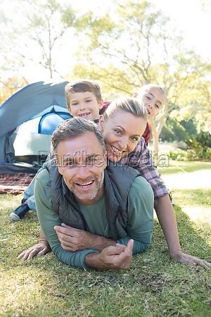 familie stapelt sich ausserhalb des zeltes