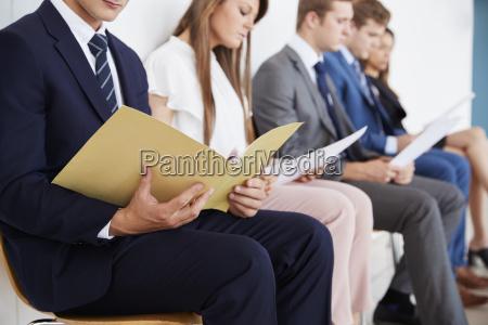 kandidaten warten auf bewerbungsgespraeche mitte abschnitt
