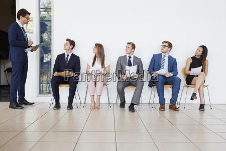 recruiter und leute warten auf bewerbungsgespraeche
