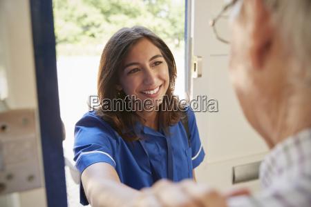 krankenschwester auf dem hauptbesuch der aelteren