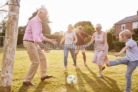 familie mit mehreren generationen die fussball