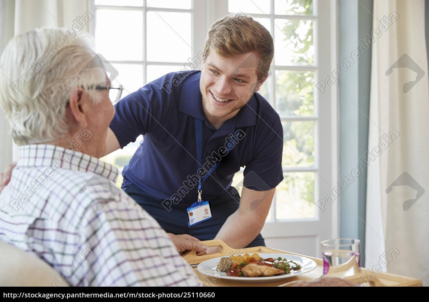 männliches, pflegearbeitskraftumhüllungsabendessen, zu, einem, älteren, mann - 25110660