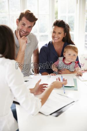 familie mit baby meeting finanzberater zu