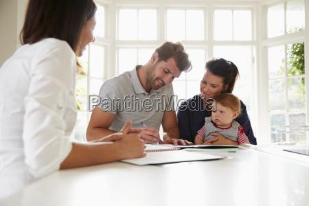 familia con baby meeting asesor financiero