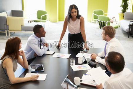 weiblicher chef bei informellem treffen hoehenausblick