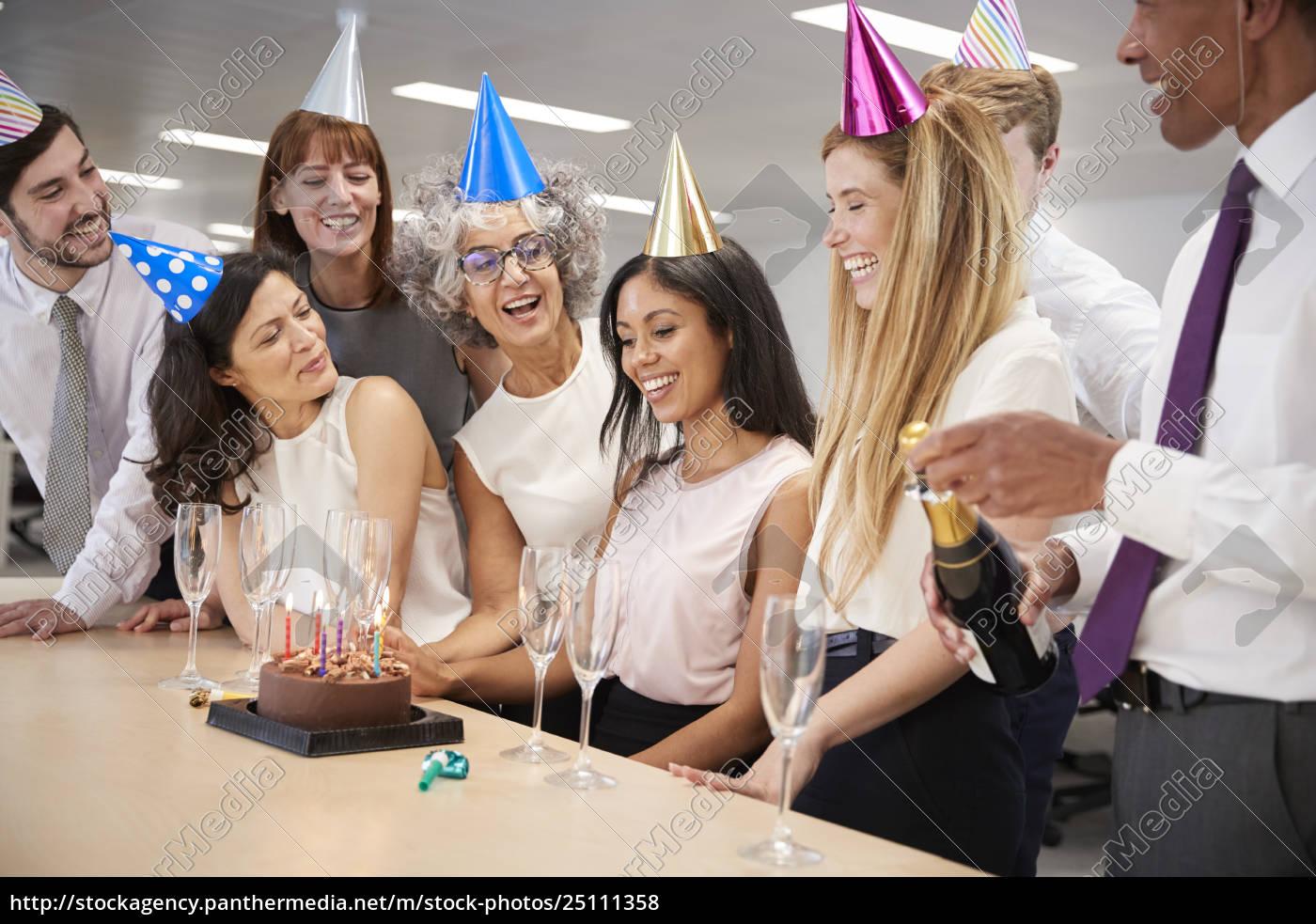 Kollegen Feiern Geburtstag Im Buro Mit Einem Kuchen Stock Photo