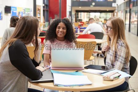 studentinnen arbeiten im gemeinschaftsbereich des belebten
