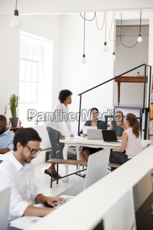 mujer informar a colegas en una